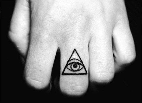 Тату глаз в треугольнике на пальце