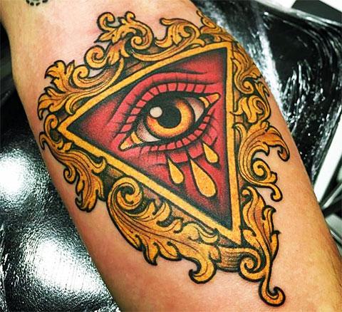 Цветная тату глаз в треугольнике на руке
