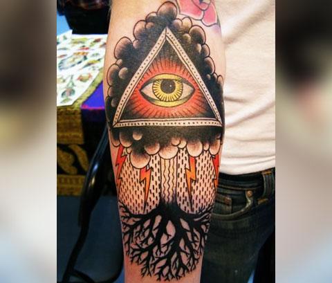Сюжетная тату глаз в треугольнике
