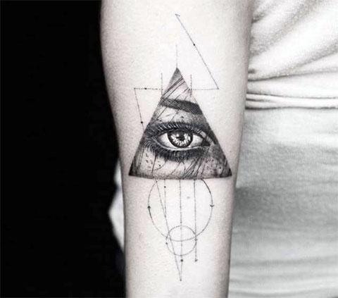 Тату глаз в треугольнике на руке - фото