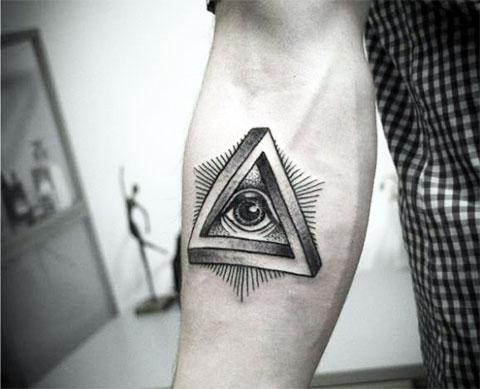 Татуировка глаз в треугольнике