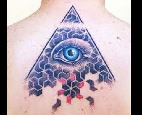 Тату глаз в треугольнике на спине