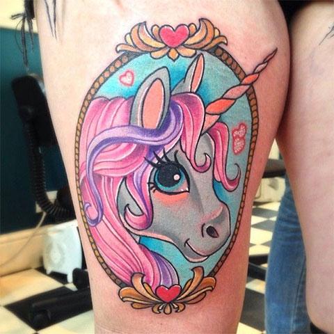 Цветной единорог у девушки - фото татуировки