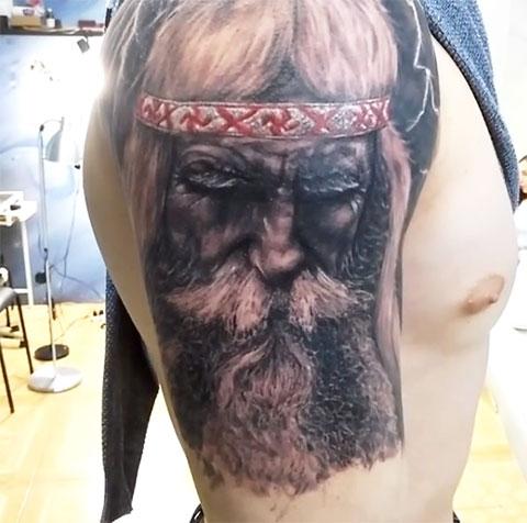 Тату Велес на плече у мужчины - фото