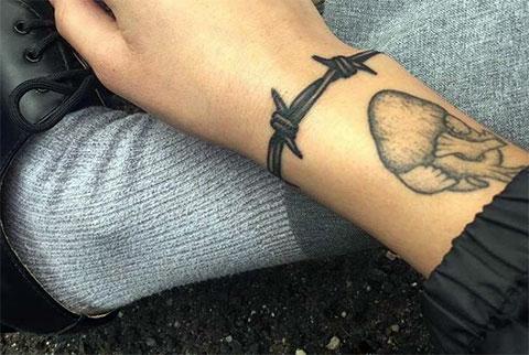 Татуировка колючая проволока на запястье