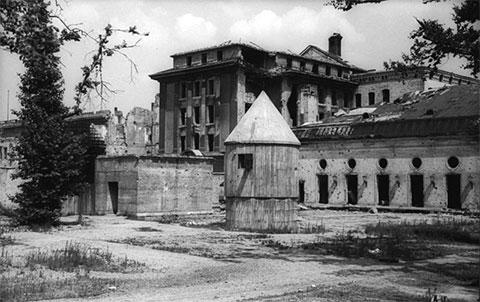 Фотография заднего входа в фюрербункер в саду рейхсканцелярии