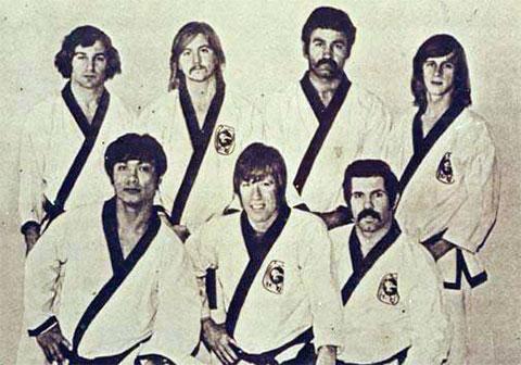 Задний ряд слева: 3) Дарнелл Гарсия. Передний ряд слева: 2) Чак Норис