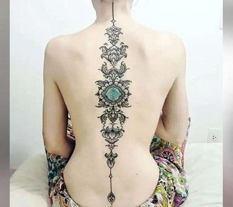 Татуировка на спине женская по позвоночнику