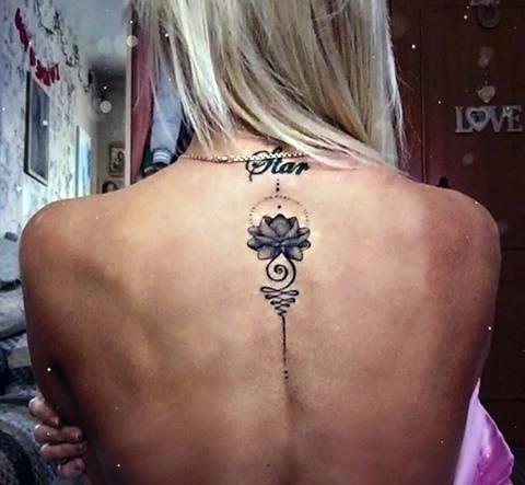 Женская тату на спине между лопатками