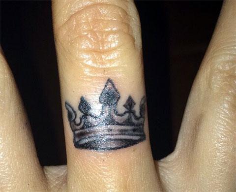 Тату корона на среднем пальце