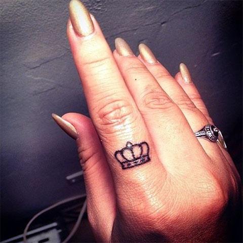 Тату корона на пальце у девушки