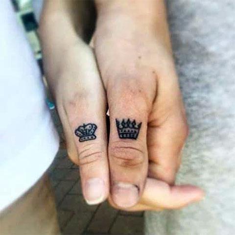 Тату с коронами на больших пальцах