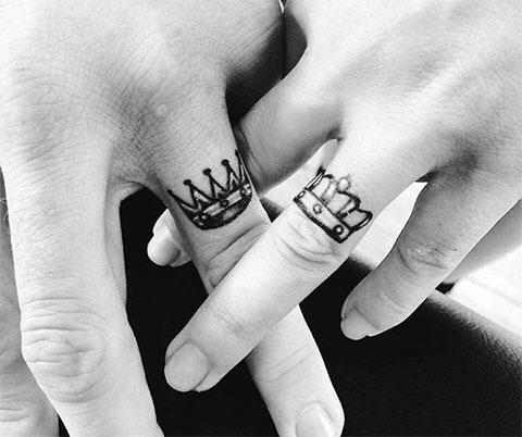 Татуировки с коронами на пальцах рук