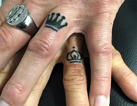 Татуировки с коронами на пальцах