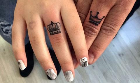 Тату короны на пальцах девушки и мужчины