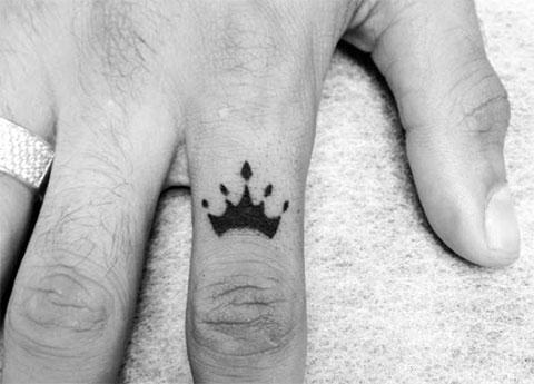 Тату корона на пальце