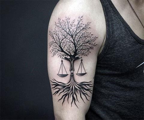 Татуировка весы на плече