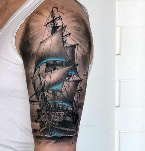 Тату корабль с парусами на плече