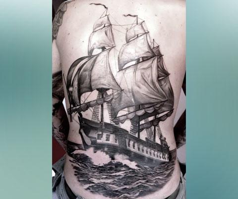 Тату корабль с парусами на спине
