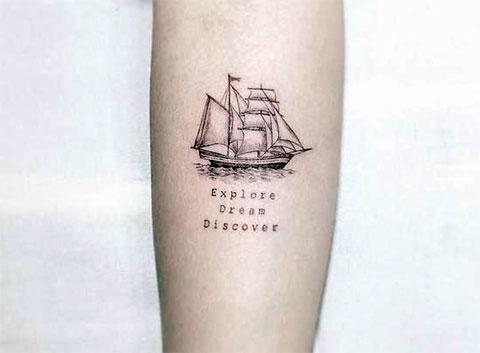 Тату корабль с парусами на предплечье