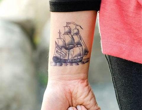 Татуировка корабль с парусами на запястье