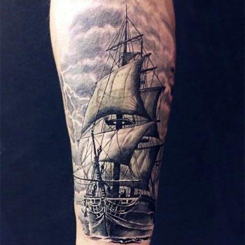 Татуировка корабль с парусами на руке