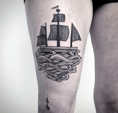 Тату корабль с парусами на ноге