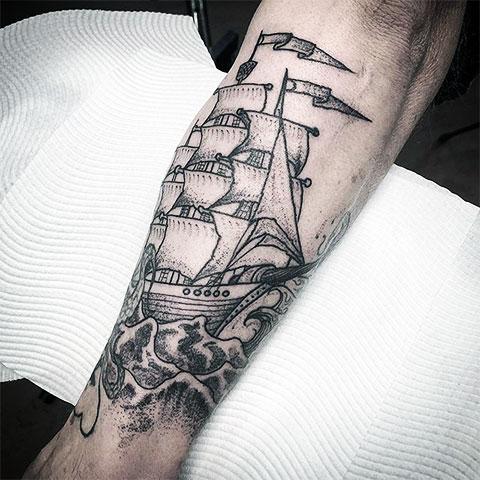 Татуировка корабль с парусами на предплечье
