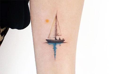 Татуировка парус на руке