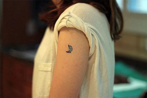 Татуировка с маленьким парусом