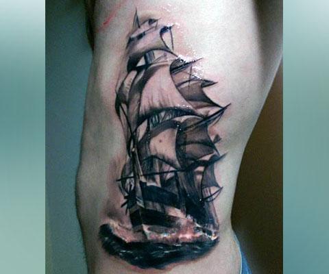 Тату корабль с парусами на боку