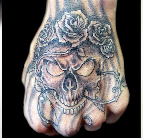 Тату череп с розой на кисти