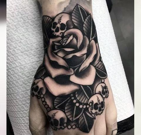 Тату черепа и роза на кисти
