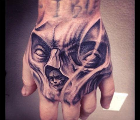 Татуировка с черепом на кисти