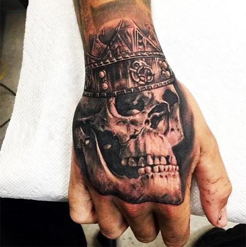 Татуировка на кисти череп в короне