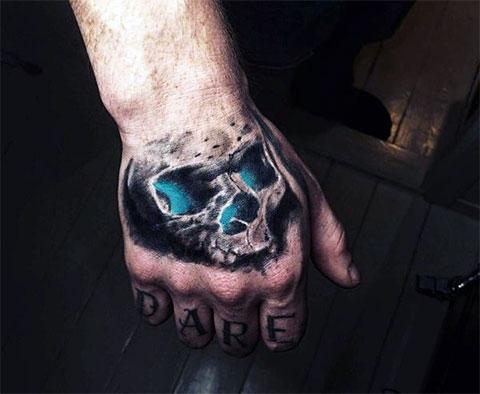 Татуировка череп на кисти руки