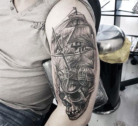 Тату пиратский корабль на плече