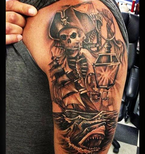 Тату пират на плече