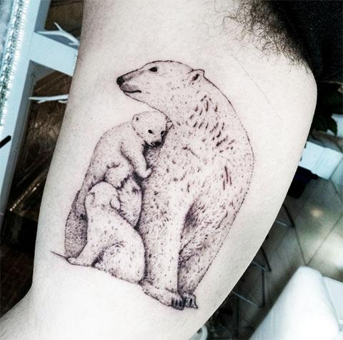 Тату с белой медведицей и медвежатами