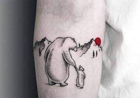 Тату белая медведица и медвежонок на руке