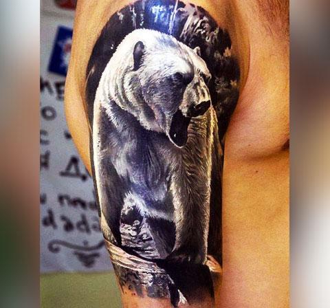Тату белый медведь на плече