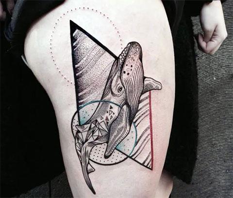 Татуировка кит на бедре