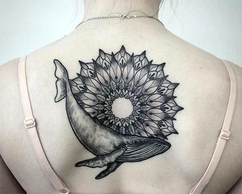 Тату кит на спине