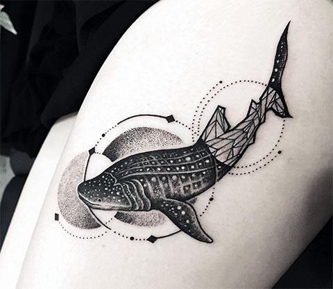 Тату кит на бедре