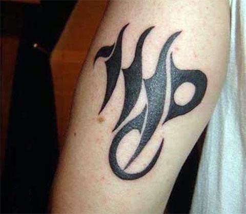 Татуировка в виде знака зодиака девы на плече