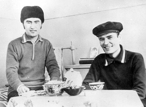 Слева воры в законе: Юлдаш Ашуров (Юлдаш Бостанлыкский) и Шухрат Гафаров (Шурьян)