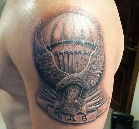 Татуировка ВДВ на плече - парашют