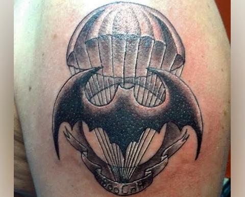 Тату военной разведки летучая мышь и парашют на плече