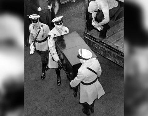 Полиция конфискует фонограф, в котором, Бруно Ричард Гауптман спрятал часть выкупа