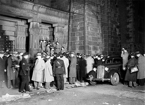 3 апреля многочисленные наблюдатели собрались перед тюрьмой, где казнили Бруно Гауптмана